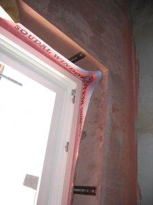 W domu pasywnym okna zajmują znaczną cześć powierzchni, dlatego tak ważne jest prawidłowe uszczelnienie miejsca między ramą okna a ścianą. Należy zastosować folię paroszczelną Soudal Folienband Inside. Fot. Soudal