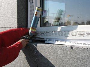 Do wypełnienia szczeliny pomiędzy ościeżnicą a ścianą w domu pasywnym została zastosowana pianka Soudafoam Gun Low Expansion Click & Fix. Warstwa termoizolacji z pianki została zabezpieczona folią paroprzepuszczalną Soudal Folienband Outside. Fot. Soudal
