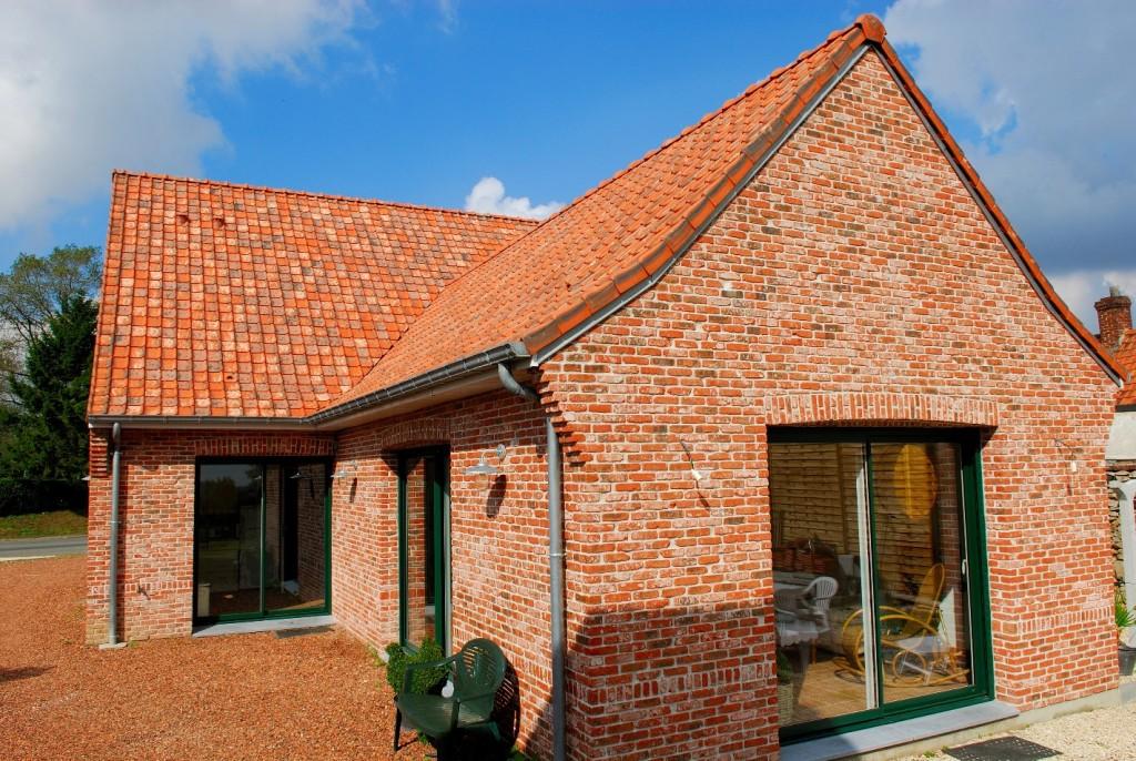 Postarzana dachówka - o tradycyjnym kształcie i w naturalnych odcieniach - doskonale komponuje się z oryginalną wiekową elewacją czy stylizowanymi postarzanymi ceglanymi fasadami. Efekt cieniowania dachówki uzyskiwany jest w specjalnym procesie wypalania. Fot. Wienerberger
