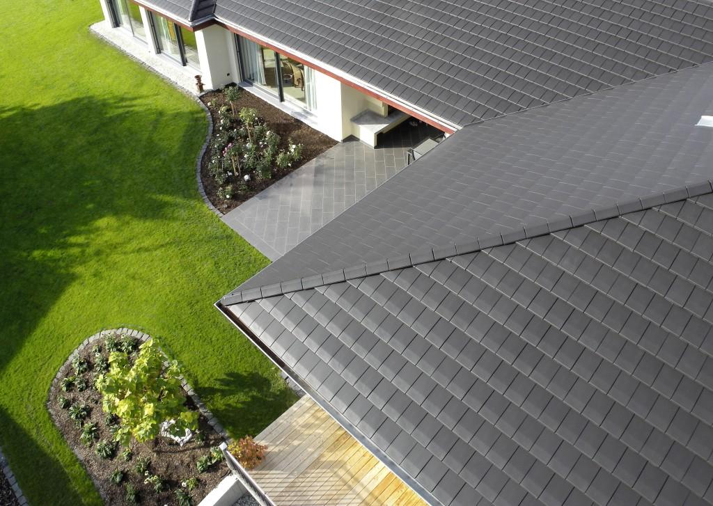 Płaska dachówka Actua 10 to doskonały przykład ceramicznych trendów we współczesnej minimalistycznej architekturze. Ciemny kolor pokrycia to obok prostej formy drugi wyznacznik współczesnych trendów w pokryciach dachowych. Fot. Wienerberger