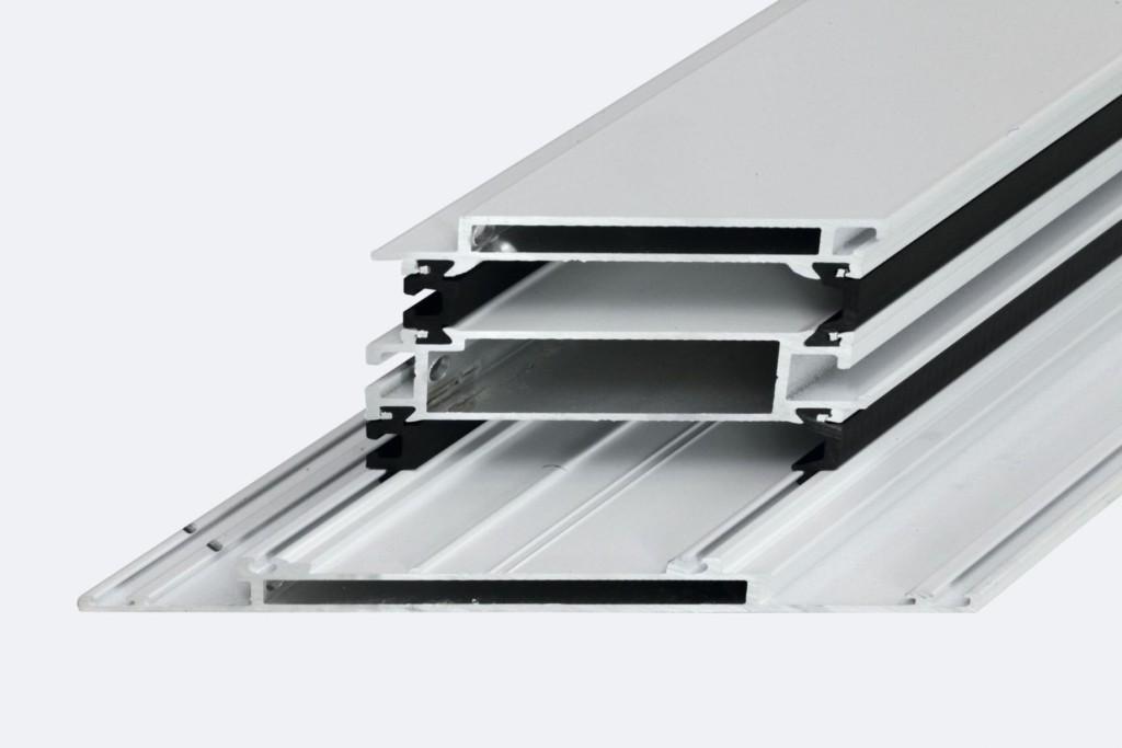System Schüco ADS SimplySmart bazuje na nowej, pięciokomorowej i trójszalowej budowie profilu z hybrydowym zespoleniem, które zapewnia wysoką stabilność i minimalizuje efekt bimetaliczny. Fot. Schüco