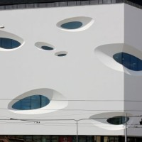 Futurystyczna fasada centrum handlowego Letmo w Brnie