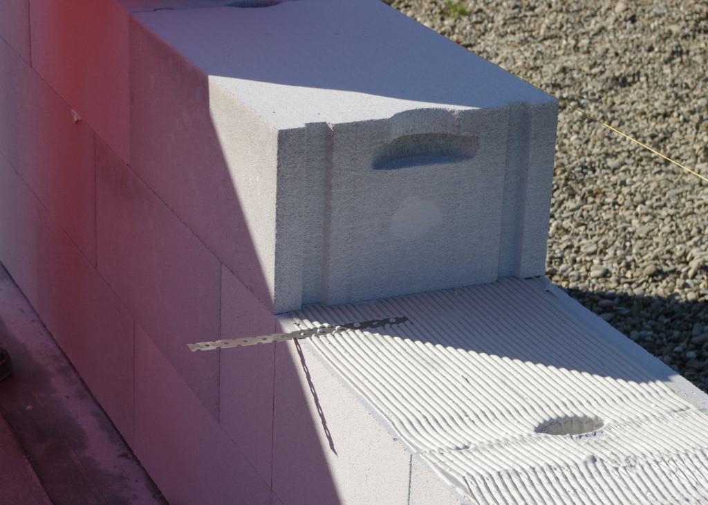 Warto już na etapie murowania ścian nośnych zadbać o właściwe połączenie ścianki działowej ze ścianą nośną układając płaskie łączniki LP30, tak aby jedna połowa łącznika wchodziła w głąb ściany nośnej. Drugą połowę zatapiamy w zaprawie klejowej na ściance działowej. Fot. BRUK-BET