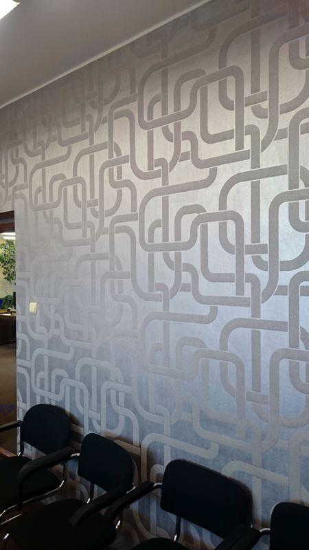 Ściana wytapetowana tapetą Sigma Collection of Wallcoverings design&prestige. Fot. PPG Deco Polska