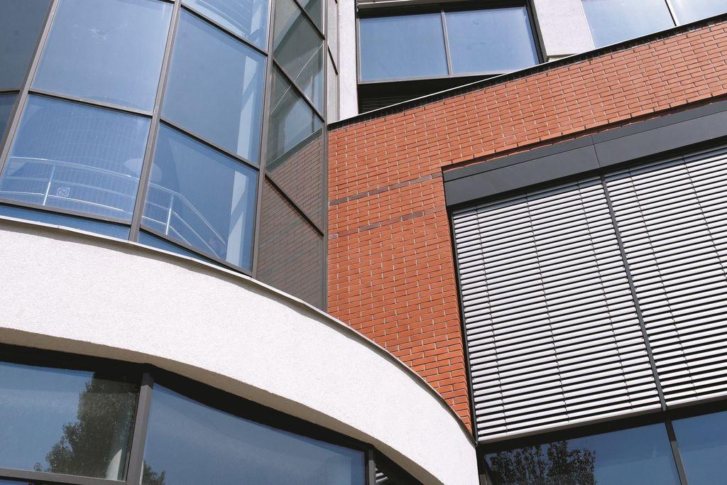 Ponadczasowy styl klinkieru sprawia, że doskonale komponuje się on z większością stosowanych powszechnie materiałów - w tym również stali i szkła, wykorzystywanych w nowoczesnych projektach. Fot. CRH Klinkier