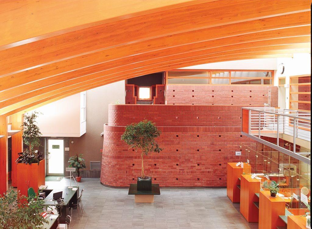 Niepowtarzalny urok rustykalnej cegły klinkierowej sprawia, że jest ona ozdobą każdego wnętrza. fot. CRH Klinkier