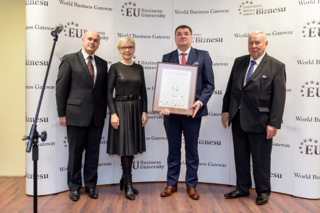 """Certyfikat """"Wiarygodny Partner w Biznesie"""" odbiera Mariusz Jocek, Dyrektor Rozwoju Sprzedaży Dobroplast.Fot. Dobroplast"""