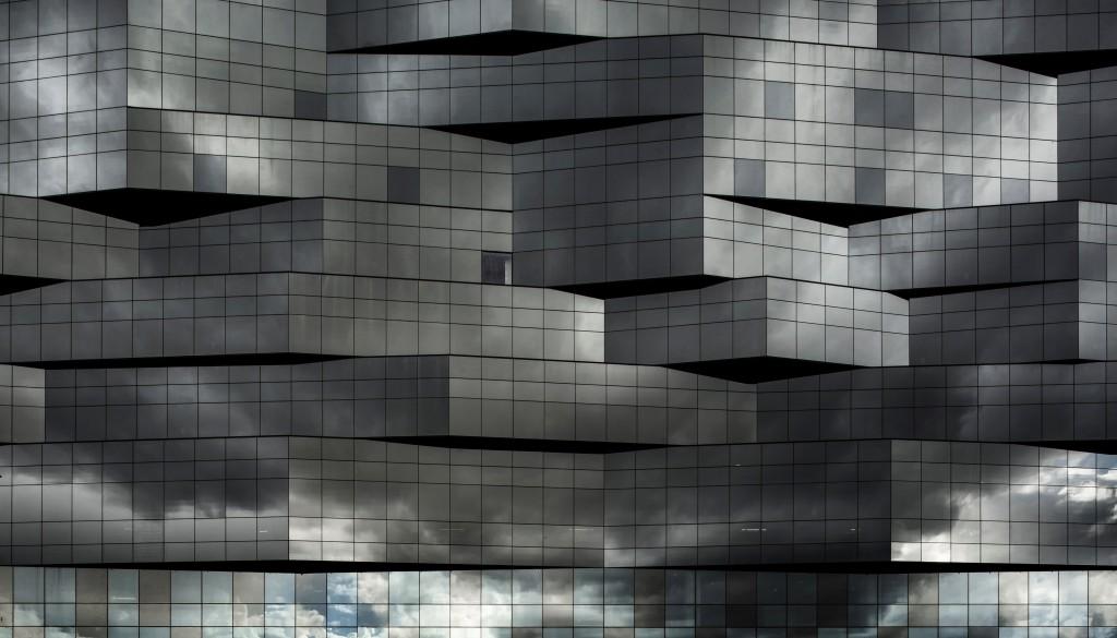 Szkło przeciwsłoneczne Guardian odbija obraz otoczenia ze wszystkich stron i wygląd budynku zmienia się zależnie od pory dnia i pogody. Fot. Luc Boegly