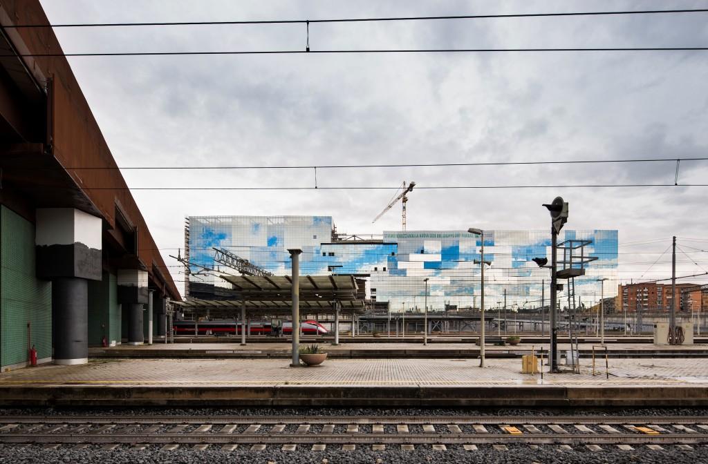 Eleawcja budynku BNL-BNP Paribas w Rzymie idealnie wpisuje się w otoczenie, zapewniając doskonałe przejście między stacją Tiburtina a otaczającymi go dzielnicami mieszkaniowymi. Fot. Luc Boegly