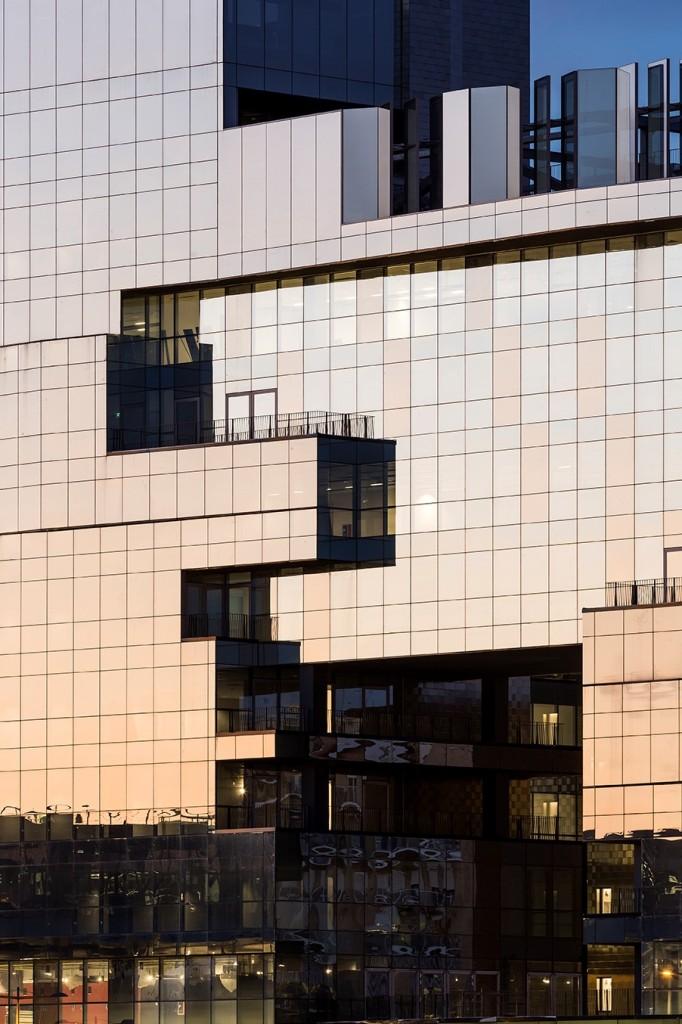 Na elewacjach budynku BNL-BNP Paribas zastosowano przeszklenia szkłem przeciwsłonecznym Guardian o różnym stopniu przepuszczalnosci światło, tworząc niesamowity elekt wizualny. Fot. Luc Boegly