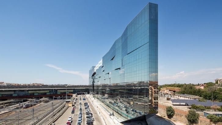 Budynek BNL-BNP Paribas w Rzymie.  Szkło przeciwsłoneczne Guardian zastosowane na elewacjach odbija obraz otoczenia ze wszystkich stron, dajac niepowtarzalny efekt wizualny, zmieniający się wraz ze zmianą pogody czy otoczenia. Fot. Luc Boegly