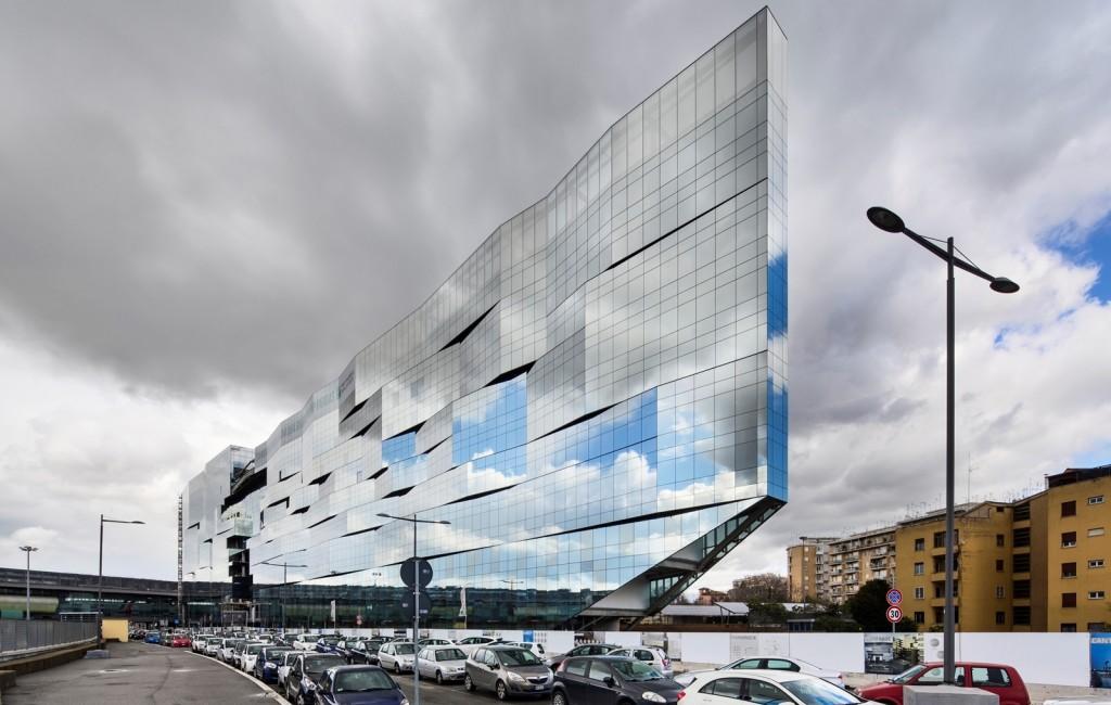 Przeszklenia Guardian pomagają przekształcić budynek BLN-BNP Paribas w konstrukcję podobną do mirażu, której wygląd zmienia się nieustannie, gdy odbija obraz nieba i świateł miasta, a jednocześnie nie zakłóca krajobrazu. Fot. Luc Boegly