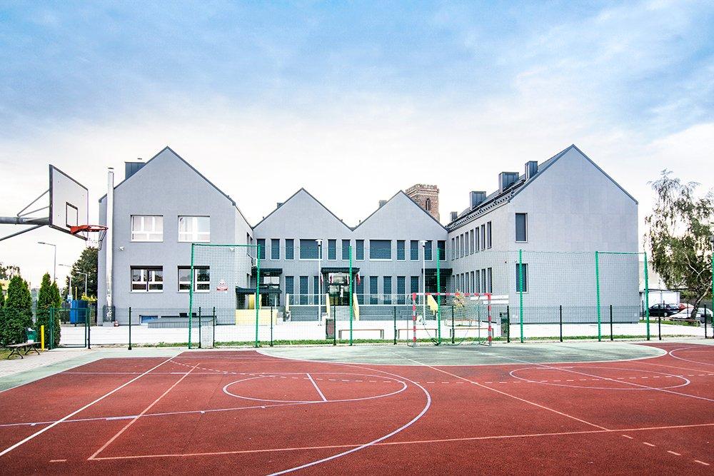 """Szkoła Podstawowa nr 1 w Gostyniu – Fasada Roku 2018 w kategorii """"budynek niemieszkalny"""" Fot. Baumit"""